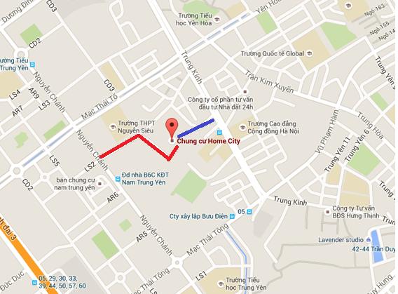 Home City nằm ngay tại khu vực trung tâm của quận Cầu Giấy. Lối vào dự án từ đường Trung Kính (màu xanh) hiện đã bị rào lại, lối đi phụ từ đường Nguyễn Chánh (màu đỏ) vào dự án khá ngoằn nghèo.