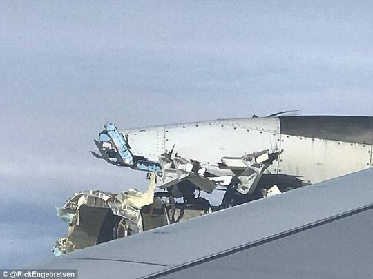 Động cơ số 4 của máy bay bị tróc vỏ. Ảnh: Daily Mail