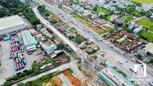 Điểm nối từ đoạn Xa lộ Hà Nội (trước Nghĩa trang liệt sĩ TP.HCM) để chuyển hướng vào nhà ga trung tâm tại quận Thủ Đức.