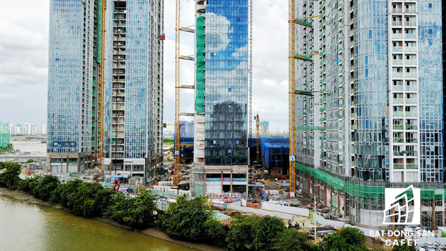 Công trường thi công dự án Vinhomes Golden River ngay bên cạnh nhà ga ngầm giáp sông Sài Gòn.