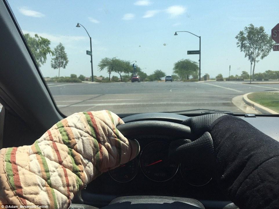 Trên mạng xã hội, người ta đăng tải nhiều bức ảnh mô tả sự kinh hoàng của đợt nắng nóng đang hoành hành. Dù ngồi trong ô tô nhưng lái xe vẫn phải bảo vệ cơ thể bằng găng tay hay quần áo dày. Ảnh: Twitter
