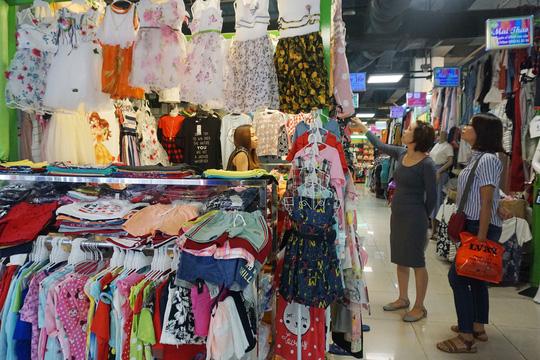 Người dân mua sắm tại Trung tâm Sense Market (nằm dưới lòng đất ở Công viên 23-9, quận 1, TP HCM). Ảnh: Hoàng Triều.