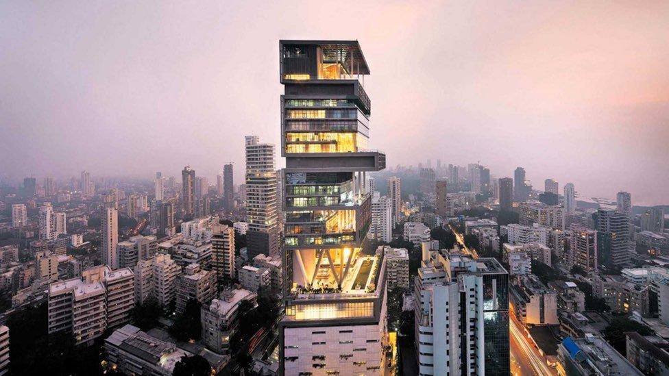 Năm 2006, doanh nhân Ấn Độ Mukesh D. Ambani xây dựng tòa nhà 27 tầng tên gọi Antilia để ở. Công trình có giá 1 tỷ USD và trở thành khu tư dinh đắt nhất hành tinh chỉ sau Cung điện Buckingham của Hoàng gia Anh. Nó được thiết kế để trụ vững trước động đất 8 độ richter.