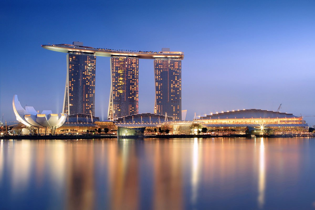 Ba tòa tháp liền kề tạo ra khu nghỉ dưỡng danh tiếng trên vịnh Marina, Singapore với tên gọi Marina Bay Sands. Mở cửa năm 2010, Marina Bay Sands ngốn tới 5,7 tỷ USD chi phí hoàn thiện. Nó là tổ hợp sòng bài, trung tâm thương mại và giải trí cùng hệ thống khách sạn.