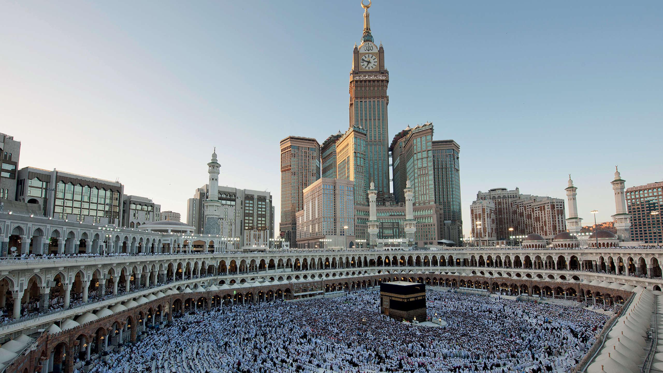 Với chi phí 15 tỷ USD, khu tổ hợp Abraj Al Bait bao gồm 7 toàn tháp, nằm giữa Thánh địa Mecca, Saudi Arabia. Công trình do chính phủ sở hữu này được hoàn thành trong giai đoạn 2007, 2012. Tháp đồng hồ cao nhất thế giới cũng được đặt trên tòa tháp cao nhất của tổ hợp công trình khổng lồ.