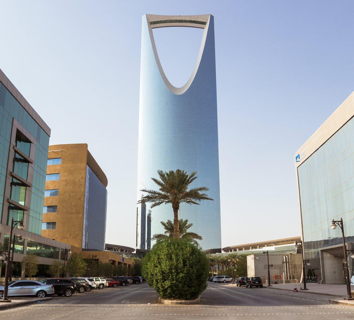 Nằm ở Riyadh, Saudi Arabia, tòa tháp Kingdom Centre có kinh phí xây dựng tới 1 tỷ USD. Công trình cao hơn 300 m được xây dựng năm 2002. Riêng tầng 2 của tòa nhà được thiết kế để làm trung tâm mua sắm, ngân hàng hay thánh đường Hồi giáo dành riêng cho phụ nữ. Các khu vực khác của tòa tháp còn là khách sạn, văn phòng và căn hộ. Điểm nhấn của công trình là cây cầu nằm trên đỉnh tháp với chiều dài 56 m.