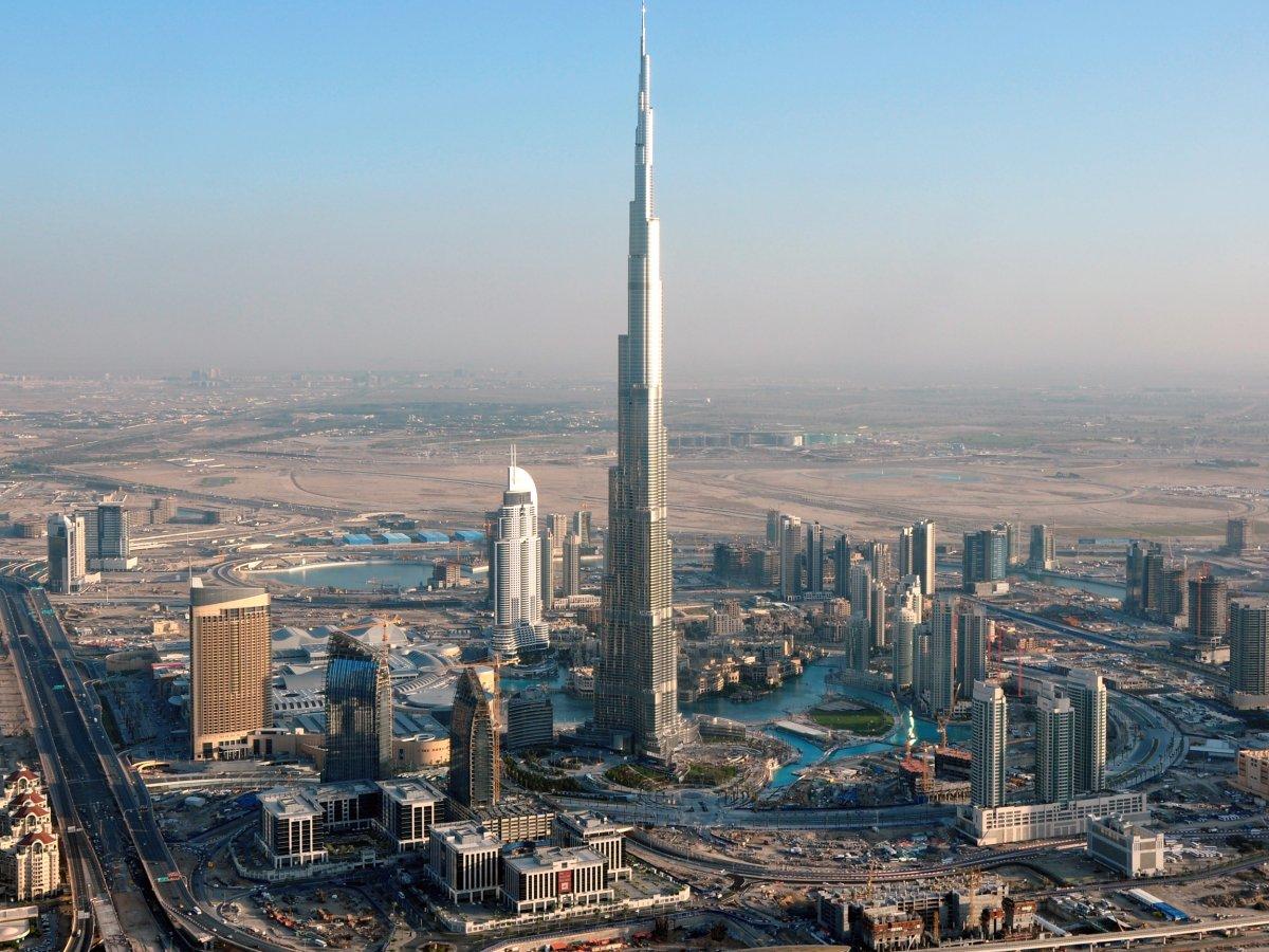 Được xây từ năm 2004 đến 2009, Tháp Burj Khalifa ở Dubai, tòa tháp cao nhất thế giới, ngốn hết 1,5 tỷ USD kinh phí xây dựng. Với chiều cao 828 m, công trình là tổ hợp các dịch vụ khách sạn, nhà hàng, trung tâm mua sắm, văn phòng và căn hộ. Đài quan sát đặt trên đỉnh tháp cho phép du khách ngắm nhìn khung cảnh xung quanh.