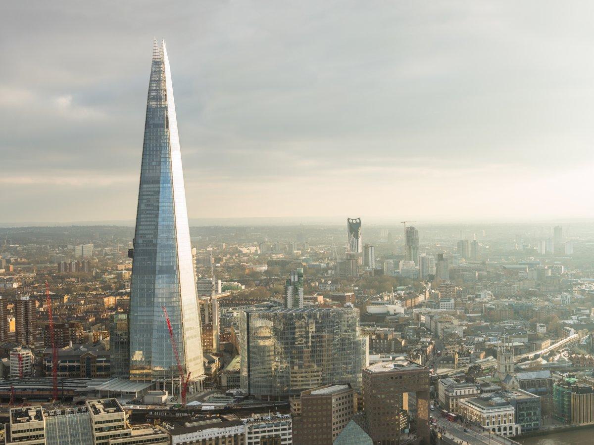 Hoàn thiện năm 2012, tháp Shard ở thủ đô London, Vương quốc Anh có giá 1,5 tỷ USD. Công trình cao 95 tầng là tòa nhà cao nhất ở Anh với không gian cho các hoạt động kinh doanh khách sạn, nhà hàng, cho thuê văn phòng, đào tạo kinh doanh….
