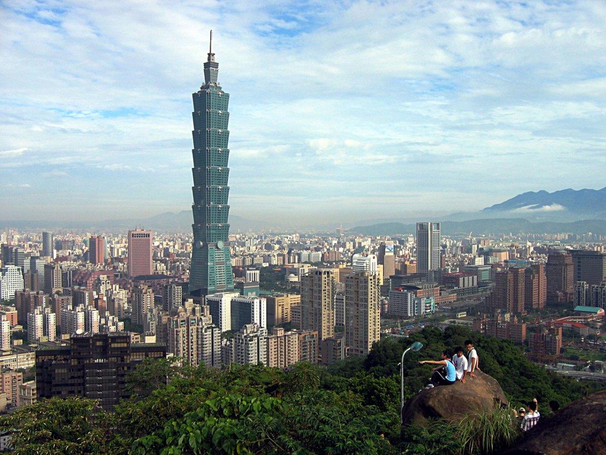 Cao 101 tầng, tòa tháp Taipei 101 nằm ở đảo Đài Loan, Trung Quốc được xây dựng năm 2004 với chi phí 1,8 tỷ USD. Tòa có một khối cầu được sơn màu vàng khổng lồ nằm giữa tầng 87 và 92. Nó được thiết kế để hấp thụ rung động khi động đất xảy ra.