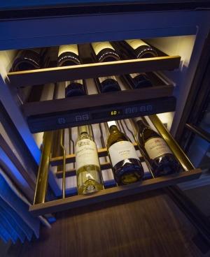 Phi hành đoàn còn có một chuyên gia pha chế và phục vụ rượu vang chuyên nghiệp.