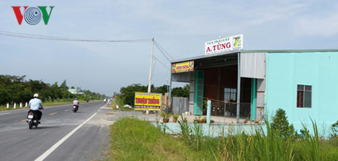 Nhiều hộ dân xây dựng nhà ở, cơ sở kinh doanh trên phạm vi lộ giới và hành lang an toàn đường bộ của tuyến tránh Cai Lậy.