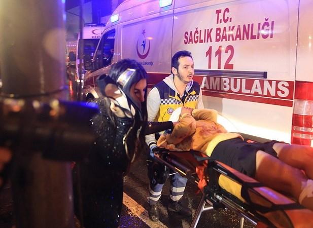 Nạn nhân vụ tấn công được đưa đi cấp cứu. (Nguồn: AP)