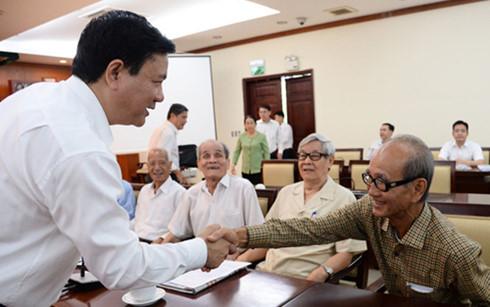 Bí thư Thành ủy Đinh La Thăng trao đổi với cán bộ cao cấp nghỉ hưu Võ Viết Thanh - Ảnh: Tuổi Trẻ