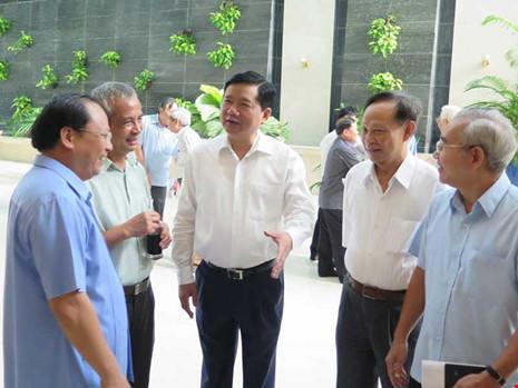 Bí thư Thành ủy TP.HCM Đinh La Thăng (giữa) và Phó Bí thư Thường trực Thành ủy Tất Thành Cang (bìa trái) đang trao đổi với các đại biểu. Ảnh: T.LÂM