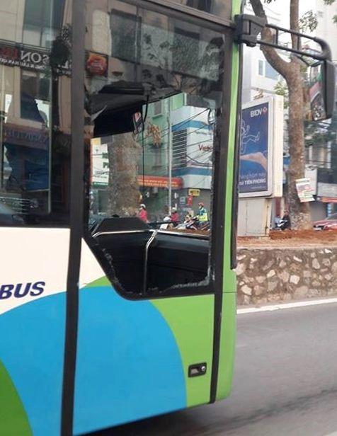 Chiếc buýt nhanh BKS 29B - 148.32 bị thủng kính sau va chạm. Ảnh: Fb.