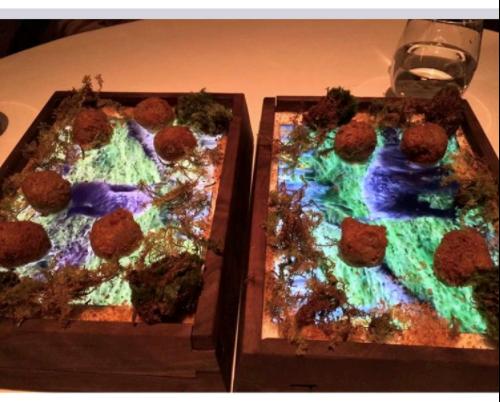 Chiếc khay bằng khuôn gỗ, phần đáy đặtchiếc iPad. Thức ăn sẽ được đặt lên trên nó. Thực khách có thể vừa ăn vừa xem những clip liên quan đến món ăn. Ảnh: Bgr.com.