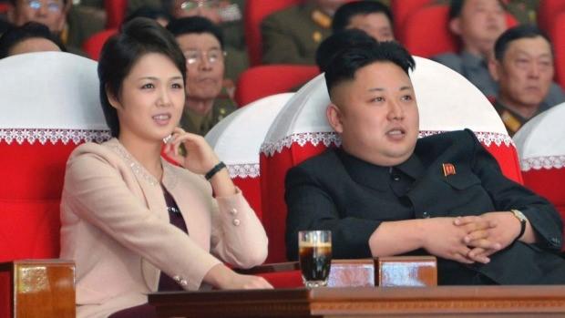 Ông Kim Jong Un và vợ cùng dự một sự kiện. Ảnh: Yonhap.