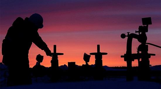 'Một nhân viên kiểm tra các van của một ống dẫn dầu tại một mỏ dầu gần làng Nikolo-Berezovka, Bashkortostan, Nga. Ảnh: Reuters'