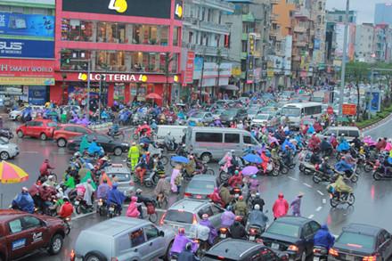 Tình trạng giao thông hỗn loạn tại ngã tư Xã Đàn-Phạm Ngọc Thạch.
