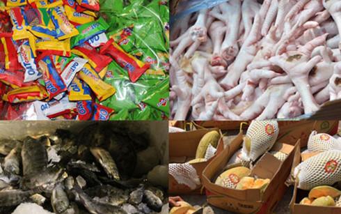 Thực phẩm thẩm lậu dịp Tết vô cùng phong phú, tập trung vào một số mặt hàng như bánh kẹo mứt, hoa quả, hải sản tươi sống.