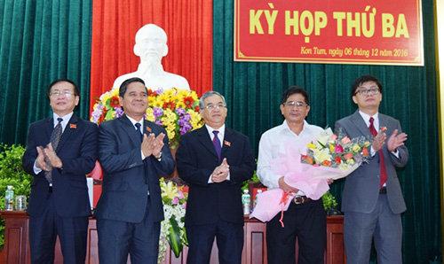 Thường trực Tỉnh ủy, HĐND, UBND tỉnh tặng hoa ông Nguyễn Hữu Hải tại kỳ họp thứ 3, ngày 12/9/2016 (Ảnh: Văn phòng UBND tỉnh Kon Tum)