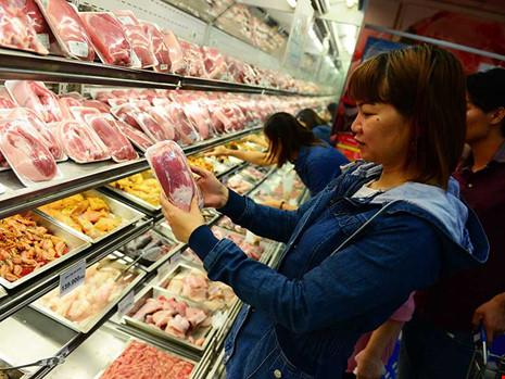Thịt heo đang giảm giá mạnh khiến người chăn nuôi thua lỗ nặng. Trong ảnh: Người dân tìm mua thịt heo ở một siêu thị tại TP.HCM. Ảnh: HOÀNG GIANG