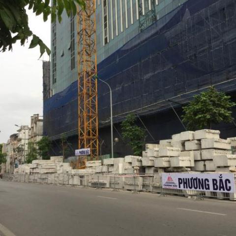 Bê tông sau khi cắt khúc đã được vận chuyển từ tầng 19 tòa nhà 8B Lê Trực xuống mặt đất. Ảnh: VN+