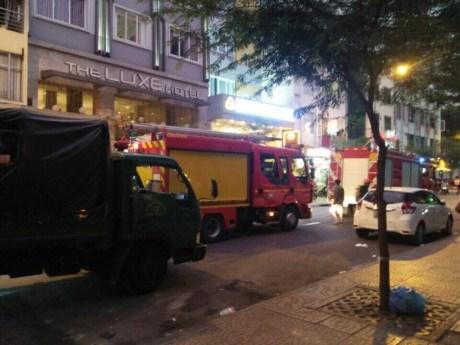 Xe chuyên dụng được Cảnh sát PCCC đưa đến để khống chế đám cháy.
