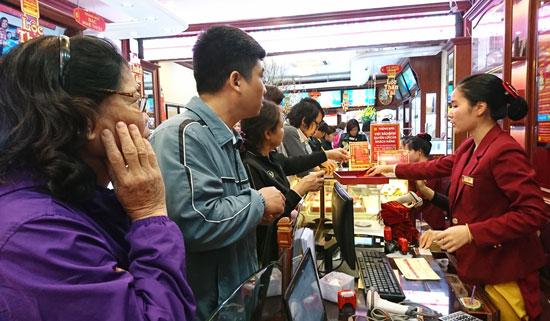 Số lượng người giao dịch mua-bán vàng tại Bảo Tín Minh Châu tăng mạnh trong phiên 3/2. Đây là khu vực giao dịch vàng miếng và nhẫn tròn trơn.