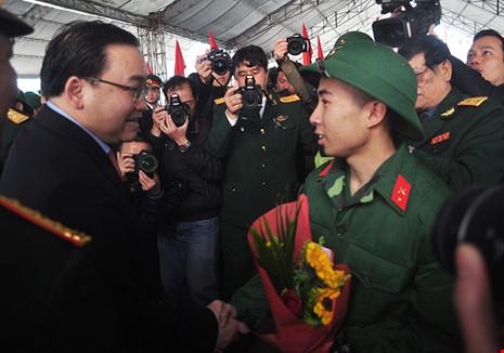 Bí thư Thành ủy Hà Nội Hoàng Trung Hải tặng hoa, thăm hỏi và tiễn biệt tân binh quận Ba Đình lên đường nhập ngũ sáng ngày 14-2