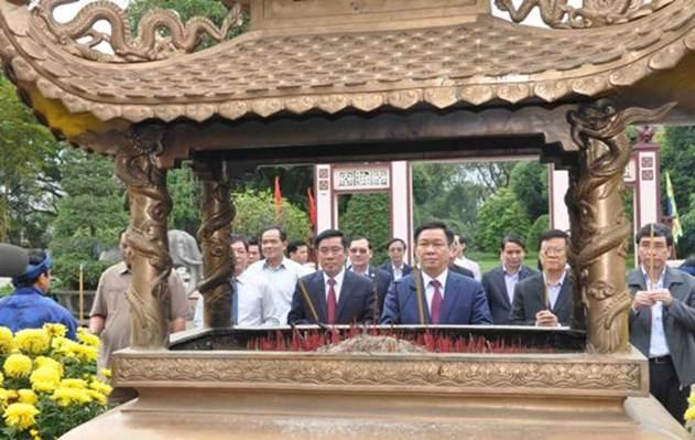Phó Thủ tướng và đoàn công tác dâng hoa, dâng hương trước tượng đài Hoàng đế Quang Trung. Ảnh: Báo Bình Định.
