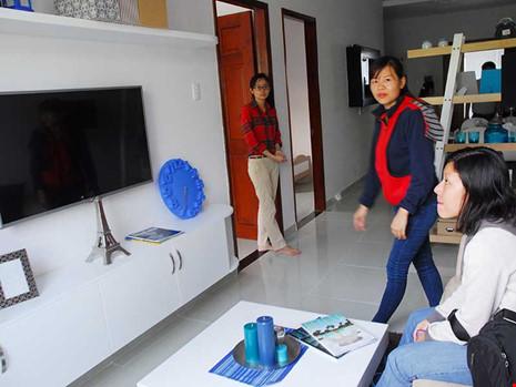 Khách hàng tham quan, chọn căn hộ tại một chung cư mới ở TP.HCM. Ảnh: HTD