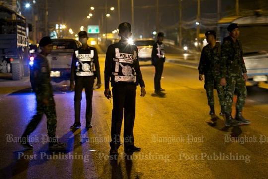 Các cảnh sát và binh sĩ ở bên ngoài gần cổng chùa. Ảnh: Bangkok Post
