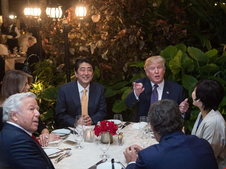 Tổng thống Trump tại một bàn tiệc có sự tham dự của Thủ tướng Nhật Bản Shinzo Abe ở Mar-a-Lago. Ảnh: AFP