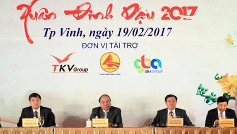 Thử tướng Nguyễn Xuân Phúc, Phó Thủ tướng Vương Đình Huệ tới dự và chủ trì Hội nghị gặp mặt các nhà đầu tư xuân Đinh Dậu 2017 tỉnh Nghệ An.
