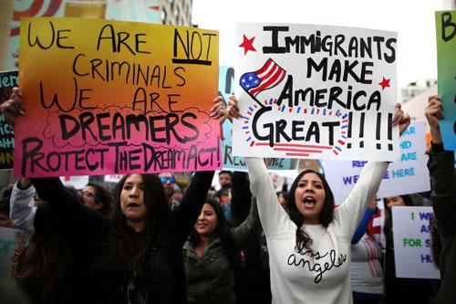 Biểu tình ủng hộ người nhập cư ở TP Los Angeles ngày 18-2. Ảnh: REUTERS