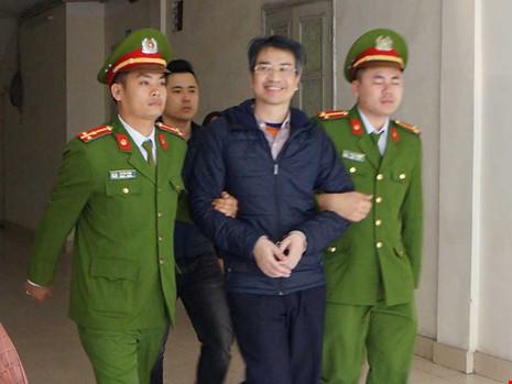Bị đề nghị mức án tử hình, Giang Kim Đạt vẫn tươi cười rời tòa. Ảnh: ĐỨC MINH