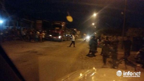 Khá đông người dân ra chặn xe vận chuyển than vào Nhà máy nhiệt điện Vũng Áng 1.
