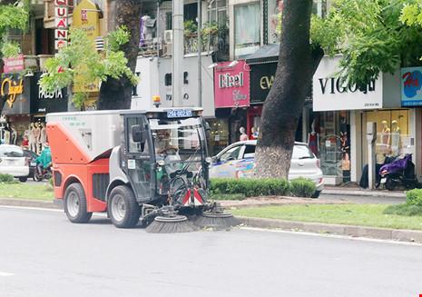 Siêu xe quyét rác của Hà Nội mới nhập về có hiệu quả, năng suất dọn rác cao, được người dân đánh giá là thân thiện với môi trường