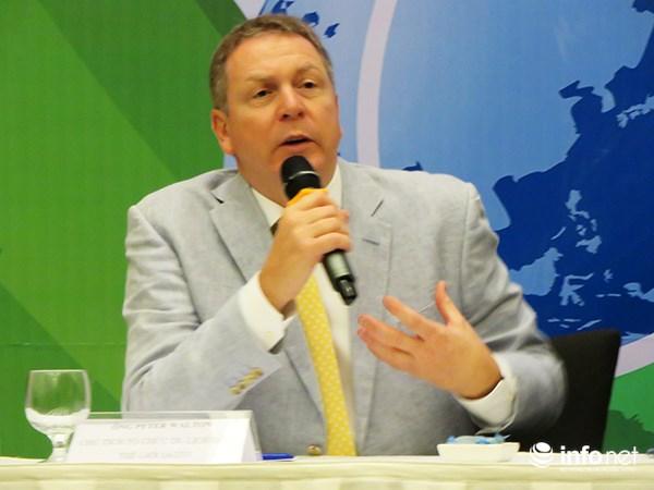 Ông Peter Walton, Chủ tịch Tổ chức Du lịch Golf thế giới (IAGTO) phát biểu tại cuộc họp báo sáng 24/2 (Ảnh: HC)