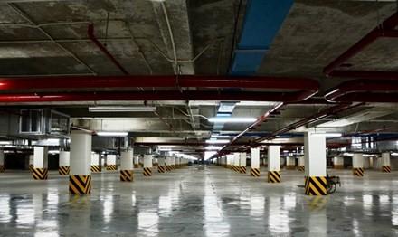 Tầng hầm chứa ôtô của một khách sạn trên đường Nguyễn Huệ trống rỗng.