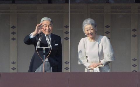 Nhà vua Nhật Bản và Hoàng hậu vẫy chào người dân tại một buổi lễ mừng năm mới tháng 1/2012. Nguồn: Sách ảnh Nhà vua Nhật Bản và Hoàng hậu
