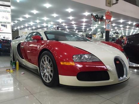 Mẫu xe Bugatti Veyron có giá xuất xưởng tại Pháp từ 1,4-1,7 triệu USD đã từng được một số đại gia nhập khẩu về Việt Nam