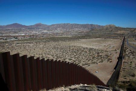 Hàng rào dọc biên giới Mỹ - Mexico đoạn chạy qua công viên Sunland - Mỹ. Ảnh: REUTERS