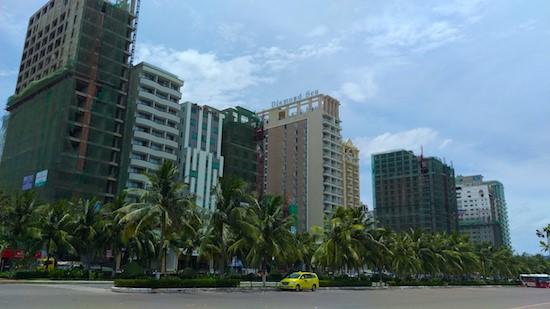 Khách sạn mới mọc lên san sát ven biển Đà Nẵng.