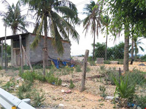 """Sống trong vùng dự án """"treo"""" tám năm nay, người dân xã Cam Thịnh Đông, TP Cam Ranh không được xây dựng nhà cửa. Ảnh: CTV"""