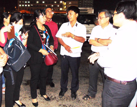 Bà Thi Thị Tuyết Nhung (thứ hai từ trái sang) đang giám sát hoạt động giết mổ động vật tại cơ sở Xuyên Á (Củ Chi, TP.HCM). Ảnh: TRẦN NGỌC