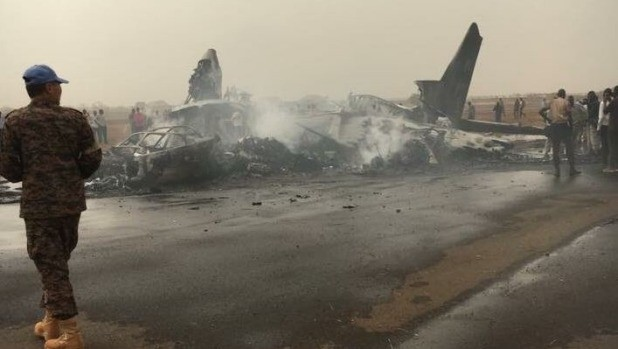 Máy bay cháy rụi sau vụ tai nạn. Ảnh: AP.