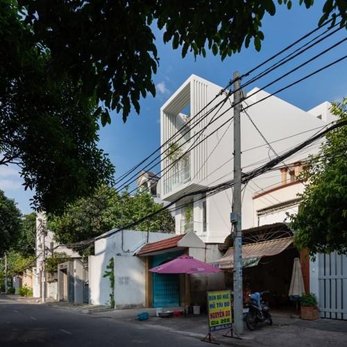 Ngôi nhà nổi bật bởi màu sơn trắng giữa khu phố.