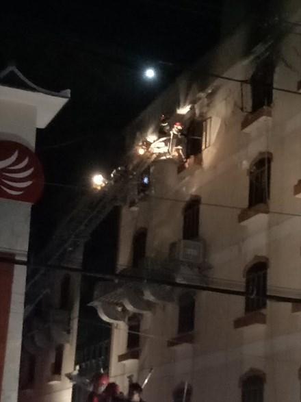 Lực lượng PCCC dùng xe thang tiếp cận khu vực phát hỏa.